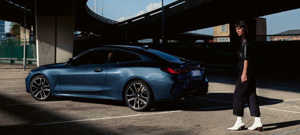 BMW 4er Coupé G22 2020 Arctic Race Blue metallic Seitenansicht fließende Dachlinie