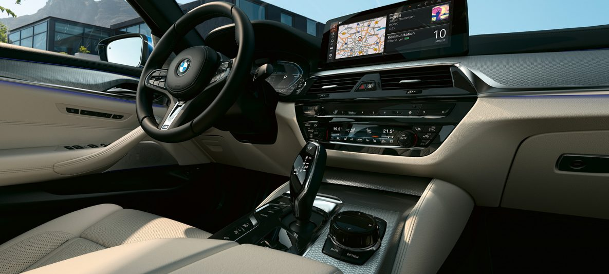 Informationsdisplay & Sport-Lederlenkrad BMW 5er Limousine G30 Facelift 2020 Interieur