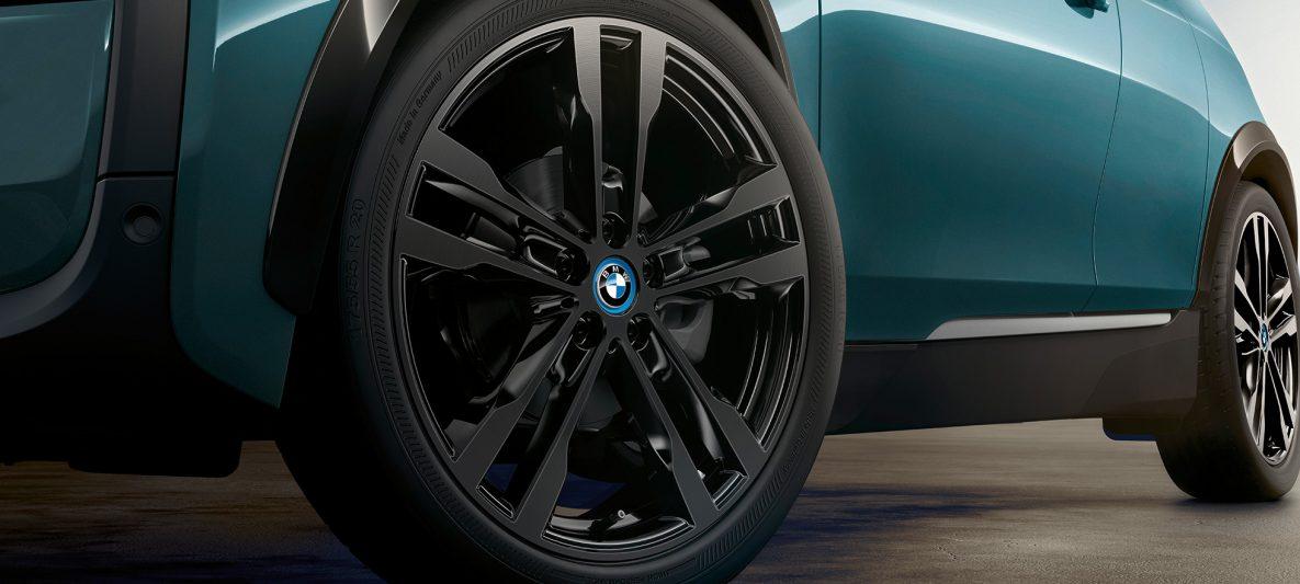 BMW i3 I01 2018 Jucarobeige mit Akzent Frozen Grey metallic Nahaufnahme Leichtmetallrad Felge