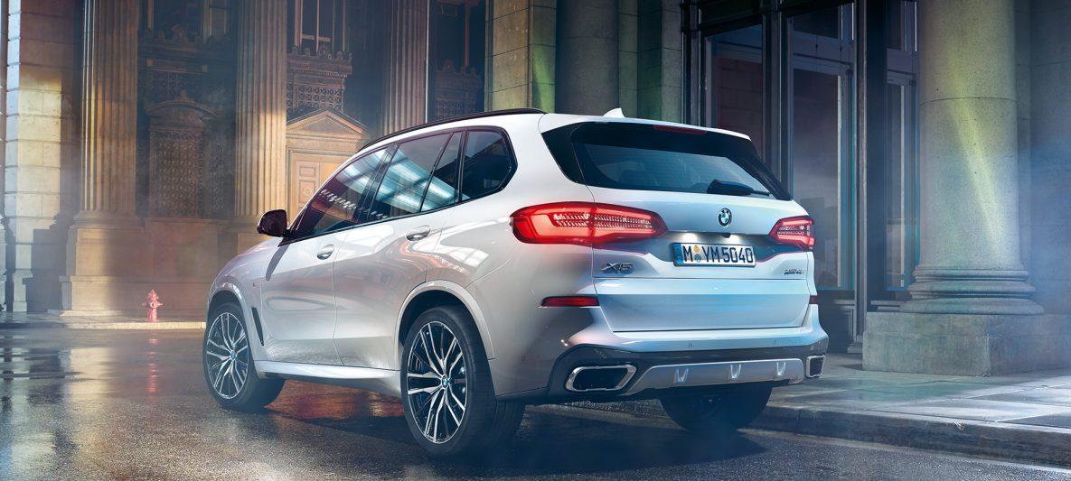 BMW X5 xDrive40i G05 2018 Mineralweiß metallic Dreiviertel-Heckansicht