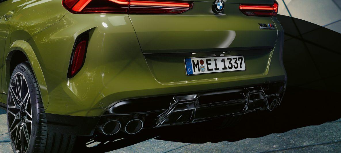 BMW X6 M Competition mit M Sportabgasanlage F96 BMW Individual Sonderlackierung Urban Green Dreiviertel-Heckansicht