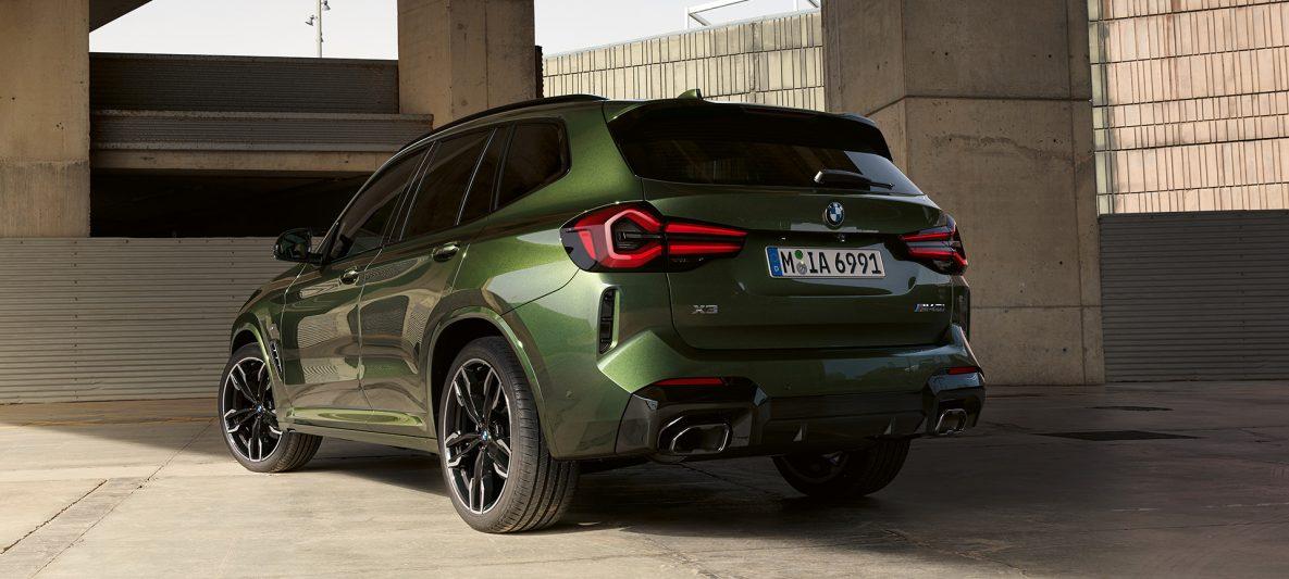 BMW X3 M40i G01 LCI Facelift 2021 Malachitgrün metallic Dreiviertel-Hecktansicht stehend