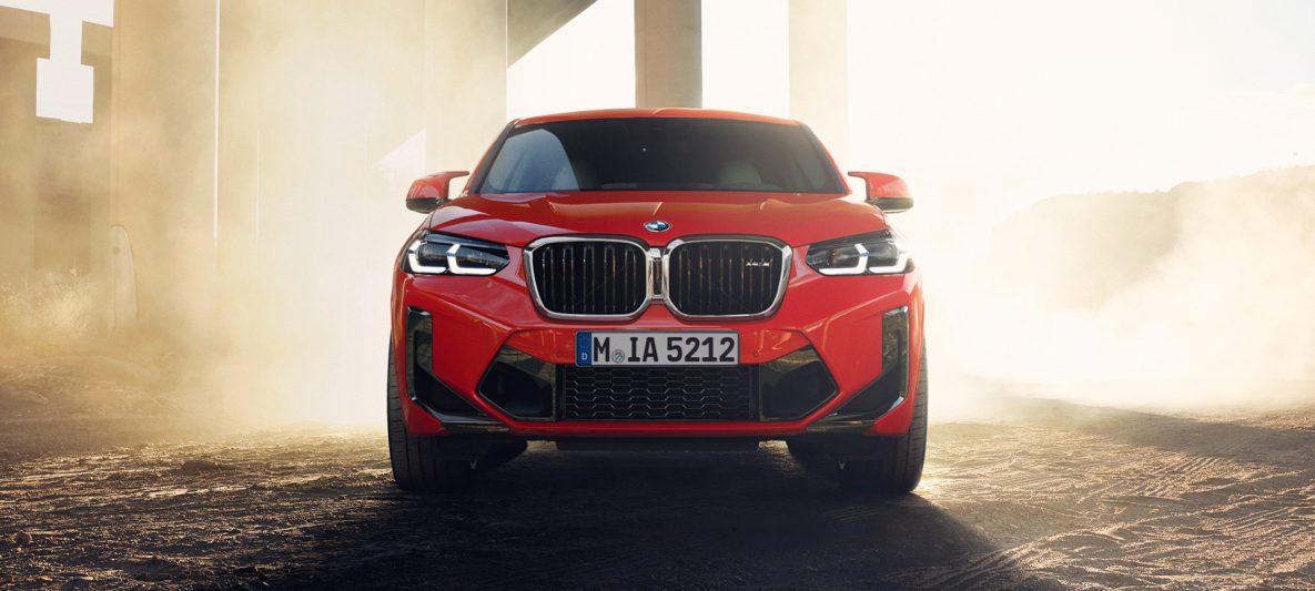 BMW X4 M F98 LCI Facelift 2021 Toronto Rot metallic Frontansicht vor Brückensäulen