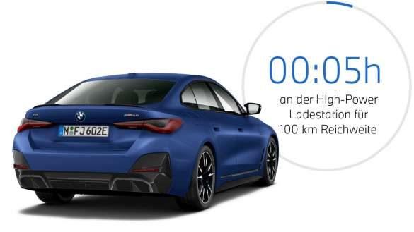 BMW i4 M50 eDrive40 G26 2021 BMW Individual Frozen Portimao Blau metallic Dreiviertel-Heckansicht mit Grafik zur Ladedauer